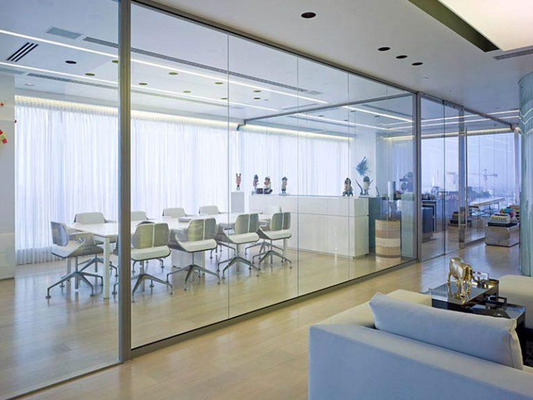 מחיצת זכוכית, מחיצות מזכוכית למשרדים, מחיצות רצפה תקרה - Glassline | אינובייט.