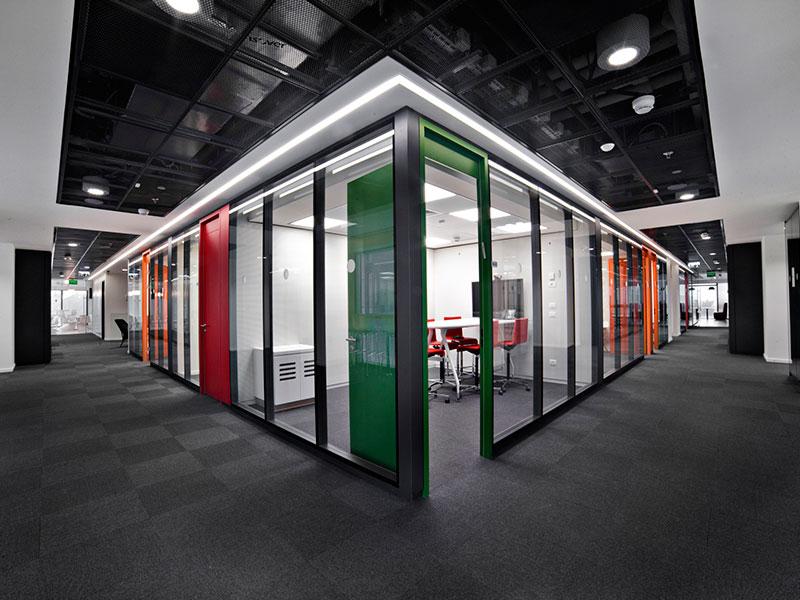 מחיצות למשרדים, מחיצות מודולריות אטומות צבעוניות דגם string 2