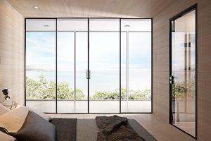 דלתות הזזה זכוכית עם מסגרת אלומיניום שחורה