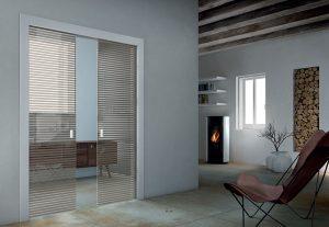 דלתות פתיחה זכוכית- פסים חום ושקוף