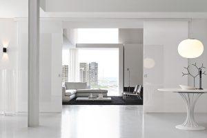 דלת הזזה מעץ צבע לבן מטאלי