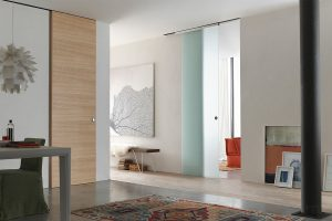 דלת הזזה חיצונית מעץ צבע חום עץ