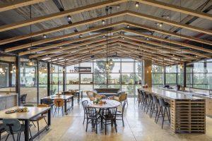 משרדי OPENVALLEY - עיצוב בקונספט פתוח; מחיצות שקופות, בטון, עץ ומשטחי OSB